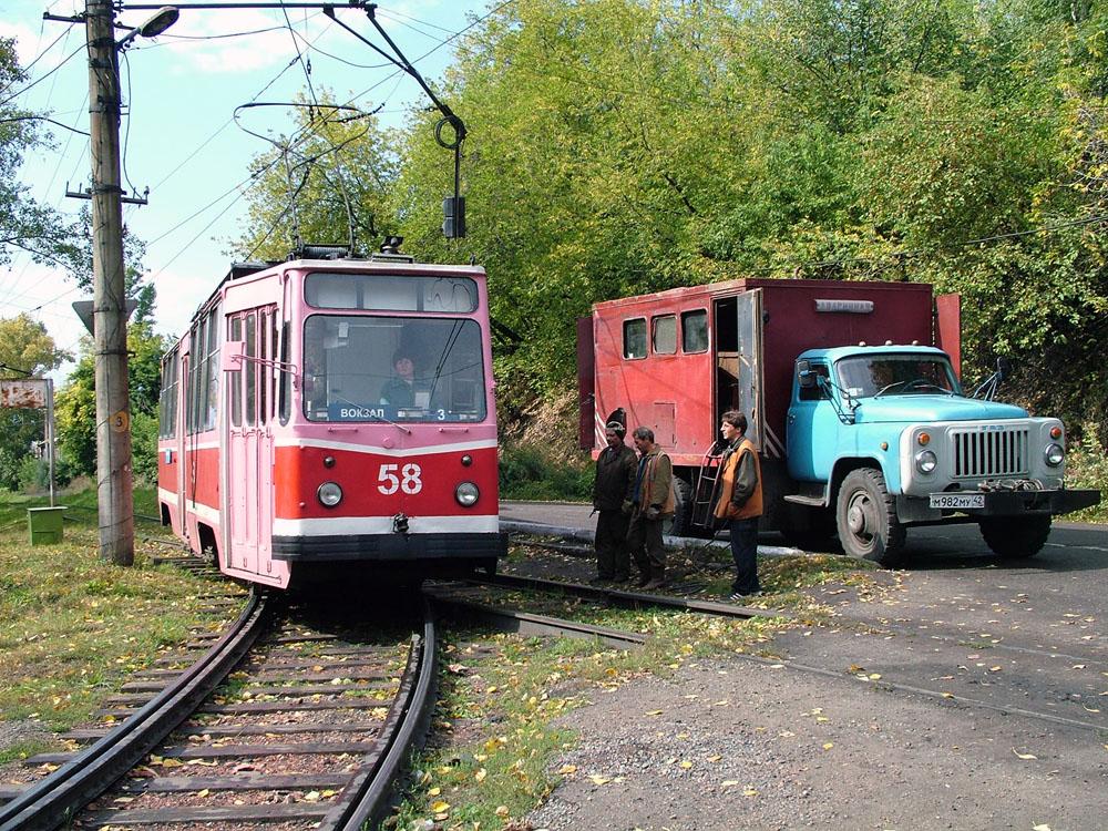 Трамвай проходит стрелку и